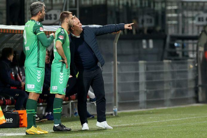 De Graafschap-trainer Mike Snoei instrueert invallers Danny Verbeek en Ralf Seuntjens (links).