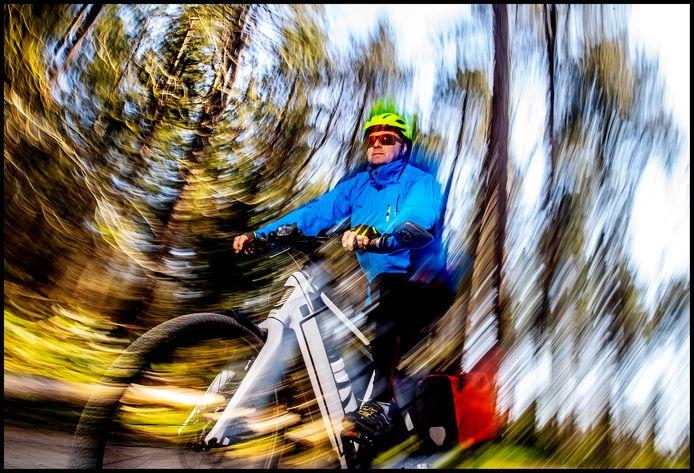 Martin de Vries rijdt op zijn speed-pedelec door Hilversum.