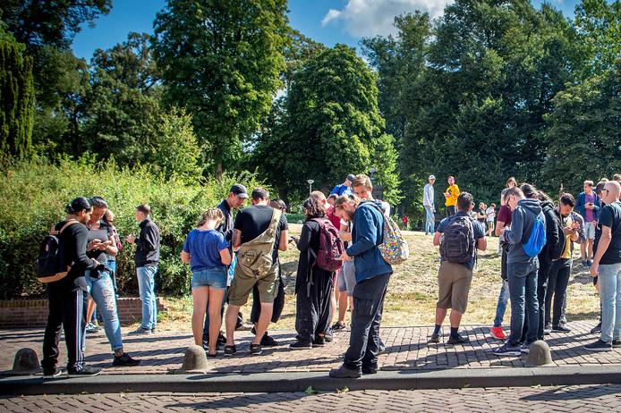 Een groep Pokémon Go spelers in het Valkhofpark op jacht naar de pokémon Eevee