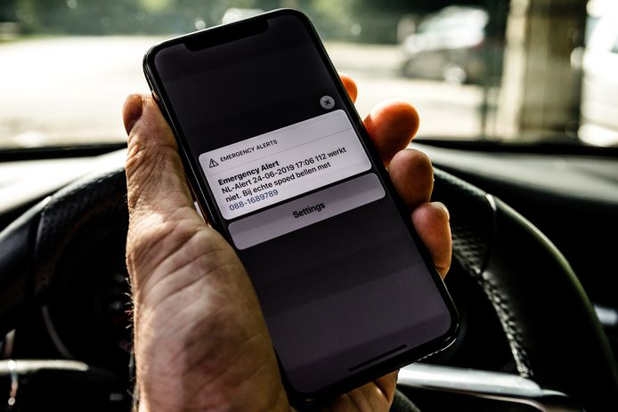 Wanneer 112 niet bereikbaar is, moet via radio, televisie, sociale media en NL-Alert snel een alternatief nummer worden verspreid.
