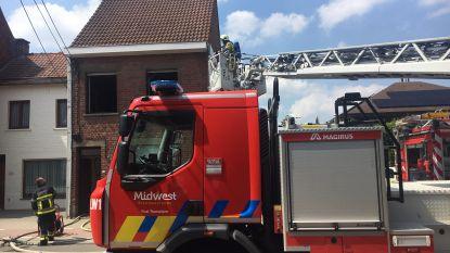 Brand in slaapkamer, maar alerte buur plaatst karton voor raam en belt snel brandweer