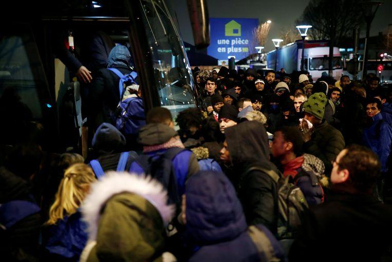 De politie evacueert de migranten in Saint-Denis.