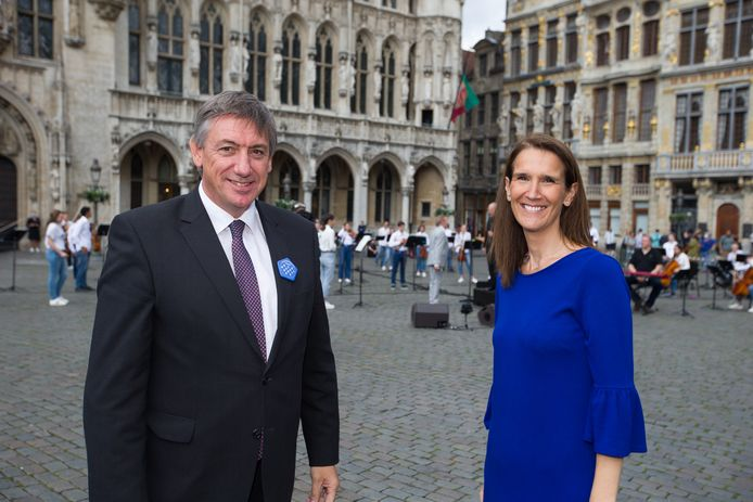 Vlaams minister-president Jan Jambon en premier Sophie Wilmès op de Grote Markt in Brussel ter gelegenheid van de Vlaamse feestdag.