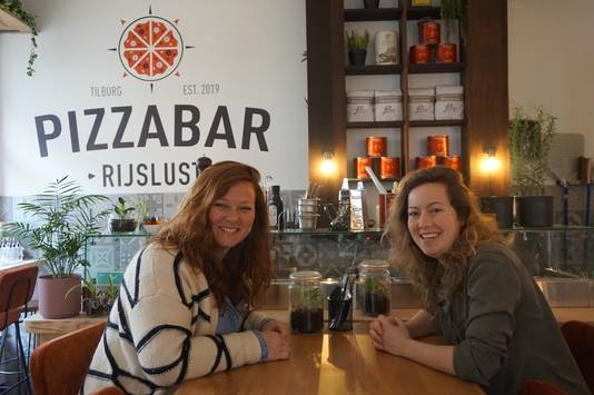 Kim (links) en Martine in pizzabar Rijslust.