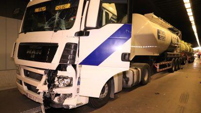Drie vrachtwagens botsen in Beverentunnel