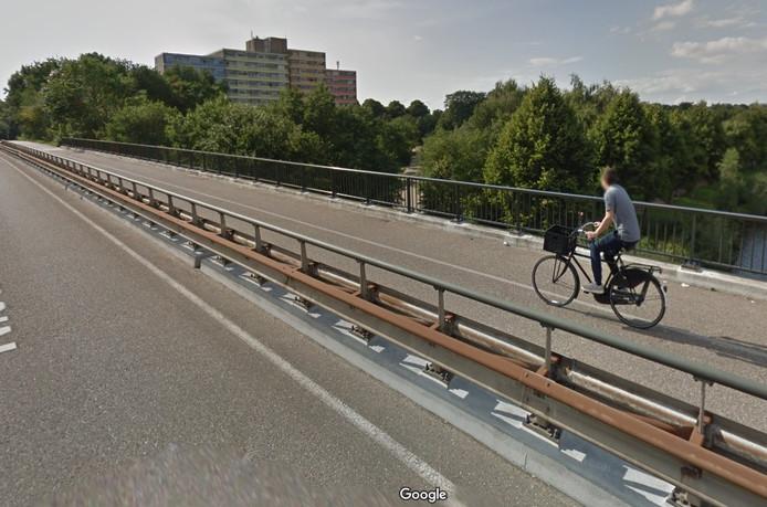 De vangrail van de Nieuwe Dukenburgseweg zit vol roest.
