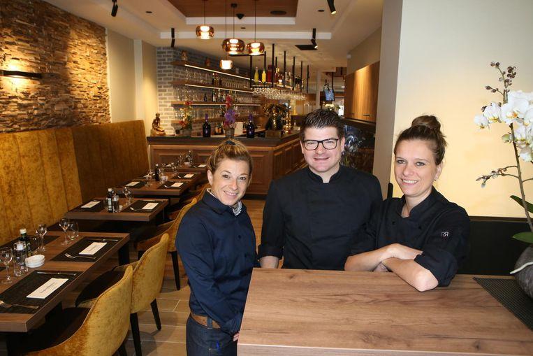 Het team van Lino (midden) is klaar om klanten te ontvangen in de vernieuwde zaak.