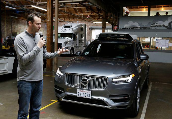 Anthony Levandowski bij een zelfrijdende auto van Uber in 2016.