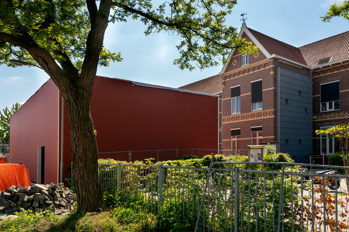 De nieuwe gymzaal van basisschool De Springplank in Vught. Een 'lelijke rode container' volgens ouders en omwonenden.