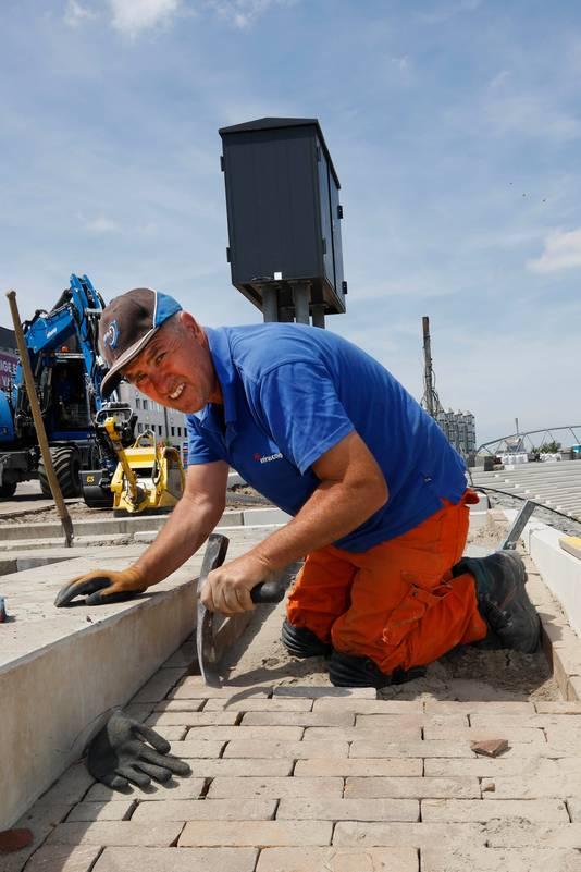 Pedro van den Hurk aan het werk als stratenmaker.