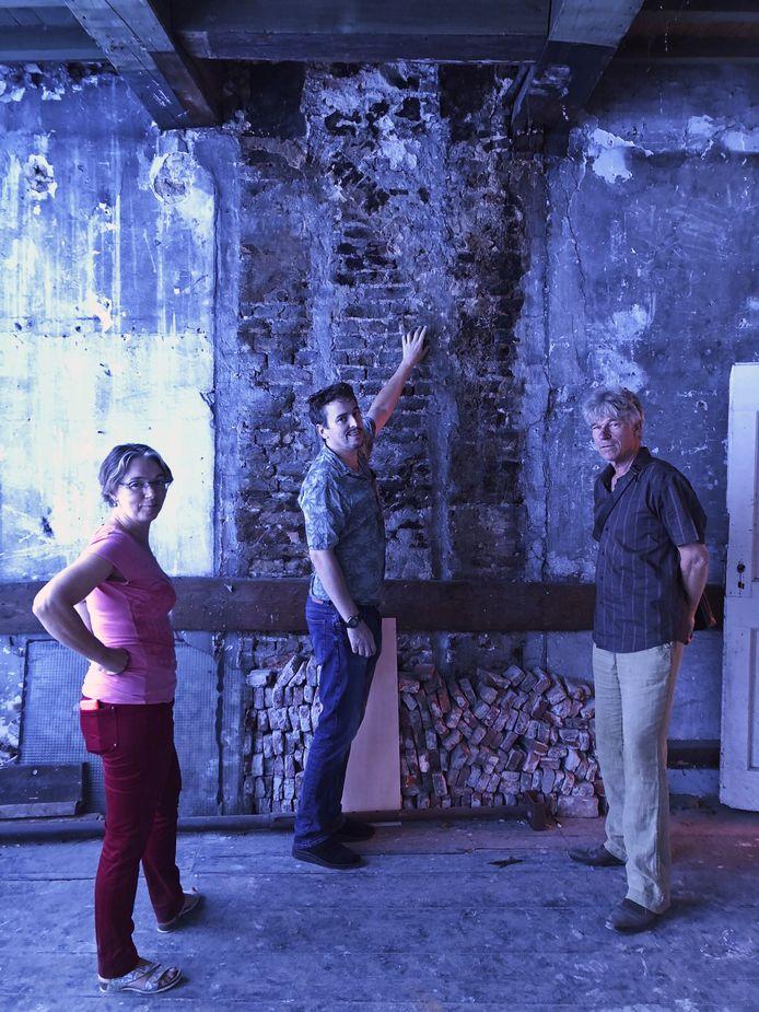 Christine Weijs en Jeroen Nipius, van de afdeling Vastgoed gemeente Dordrecht en Jan Kooijman, eigenaar van het pand.