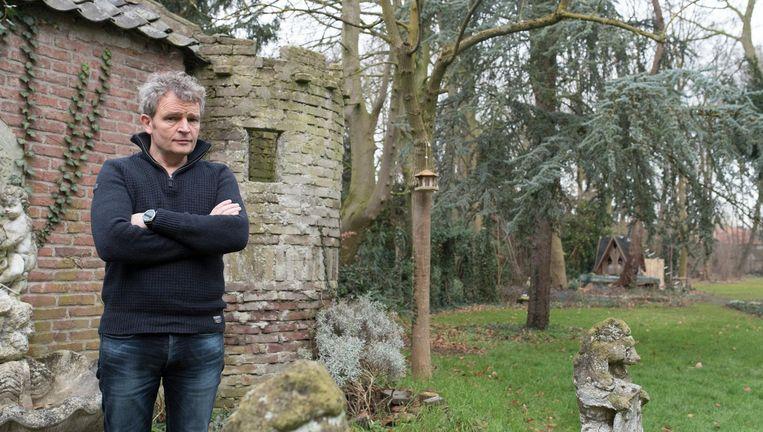 Floris Alkemade in de tuin bij zijn huis in St. Oedenrode, dat al generaties in de familie is. 'Hij is een diepgeworteld mens. Hij kent de geschiedenis van de plek, is nauw betrokken bij het dorp.' Beeld null