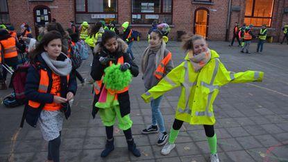 Leerlingen Veertjesplein in fluo naar school