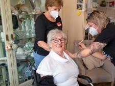 Eerste bewoner die coronavaccin krijgt in Schiedam: 'Geef mij nog maar zo'n spuit'