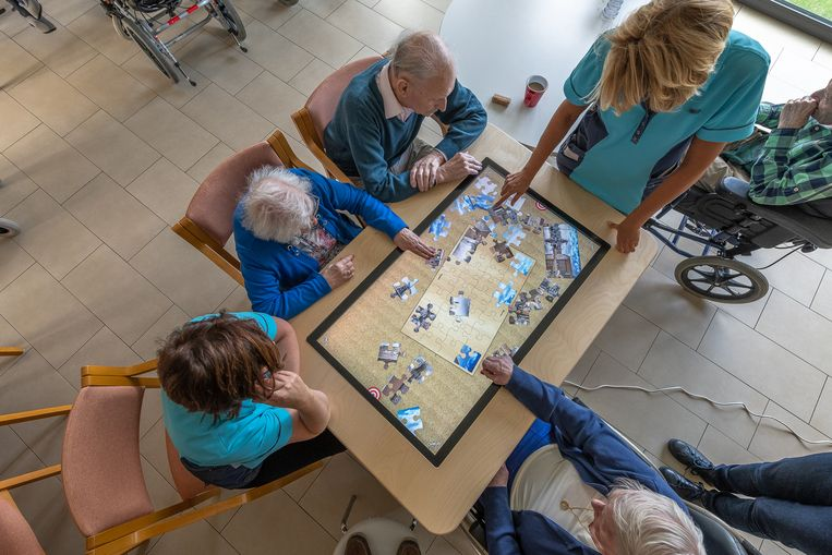 Dementerende bejaarden kunnen op de BelevenisTafel allerlei interactieve spellen spelen zoals een puzzel.