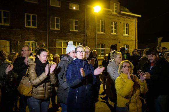 Meer dan 100 inwoners verzamelden deze avond aan het asielcentrum.