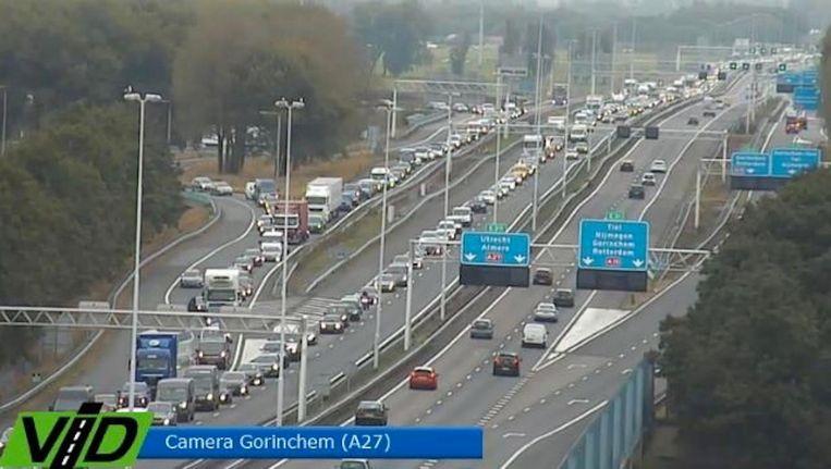 Het is achteraansluiten voor de Merwedebrug bij Gorinchem, en dat zorgt ook voor problemen in de rest van het land. Beeld VID
