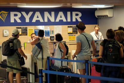 """Ryanair moet passagier toeslag voor handbagage terugbetalen: """"Misbruik"""", oordeelt Spaanse rechter"""