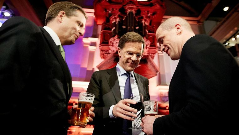 Partijleiders (VLNR) Alexander Pechtold (D66), Mark Rutte (VVD) en Diederik Samsom (PvdA) heffen het glas na afloop van het RTL-verkiezingsdebat in de Rode Hoed in aanloop naar de Provinciale Statenverkiezingen in 2015. Beeld anp