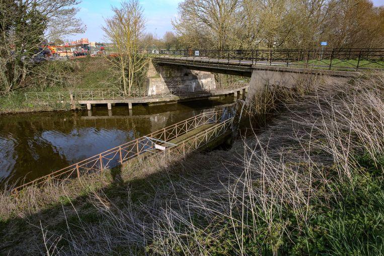 Deze brug wordt gerenoveerd en verstevigd.