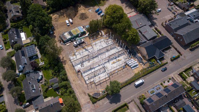 De nieuwbouw van De Touwladder is in volle gang. Links de Loevestein en rechts buurthuis Ugchelens Belang.