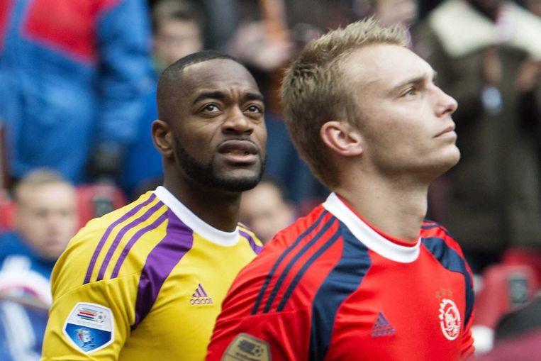 Feyenoord keeper Kenneth Vermeer en Ajax keeper Jasper Cillessen komen het veld op. Beeld null