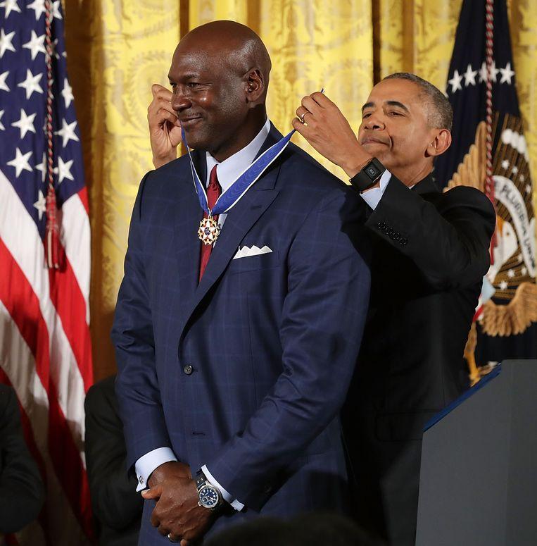 Michael Jordan neemt in het Witte Huis de Medal of Freedom in ontvangst van Barack Obama, op 22 november 2016.  Beeld Chip Somodevilla / Getty Images