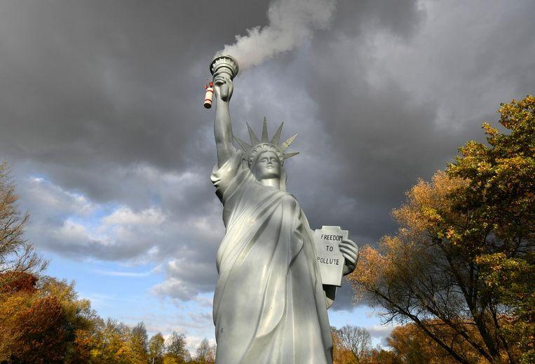De Deense kunstenaar Jens Galschiot maakte voor de conferentie in Bonn een rokende replica van het Vrijheidsbeeld, als protest tegen de Amerikaanse terugtrekking uit het akkoord van Parijs. Beeld null
