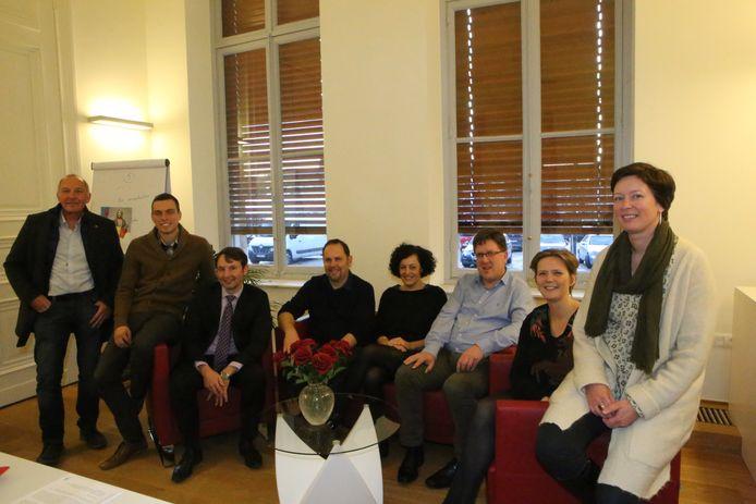 Directeur Patricia Willems (rechts) samen met de leden van het schepencollege.