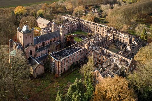 Bij een felle, uitslaande brand werd het hoofdgebouw op landgoed Haarendael grotendeels verwoest.