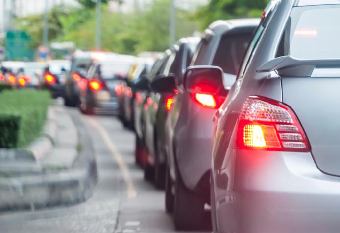 Forse file op A50 bij Hattem door ongeluk met 3 auto's.