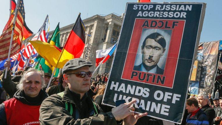Oekraïners tijdens een protestactie tegen Rusland gisteren in Kiev. Beeld anp