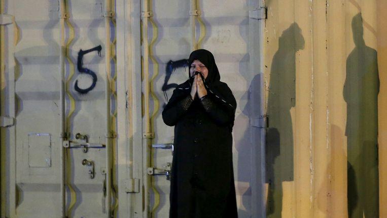 Een vrouw huilt bij de politieacademie in Kabul, waar vrijdagavond een bom ontplofte. Beeld reuters