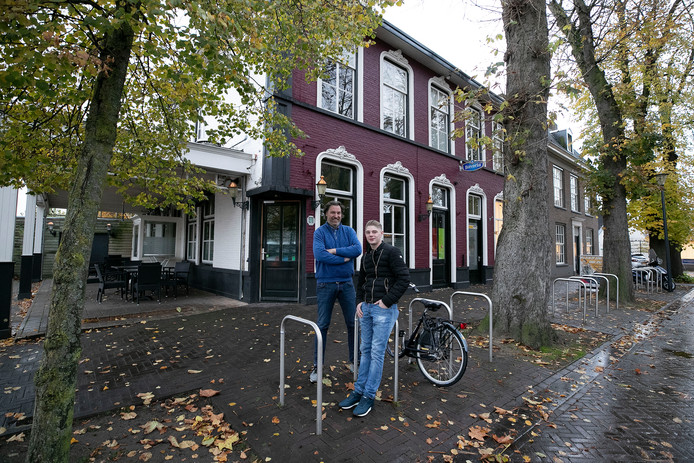 Toon Welten (l), de nieuwe eigenaar van café Het Raadhuis in Son, en zijn compagnon Joep Verhagen.