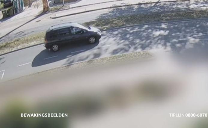 De politie is op zoek naar de bestuurder van de donkerblauwe Opel Zafira die de 66-jarige scooterrijdster aanreed op de Elzentlaan in Eindhoven.