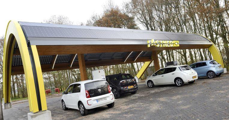 Elektrische auto's worden opgeladen bij het eerste snellaadstation van het land. Beeld anp