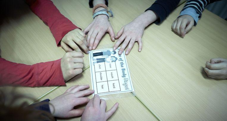 Leerlingen spelen het spel Parts of the Body en leren op deze wijze de Engelse naam voor lichaamsdelen Beeld anp