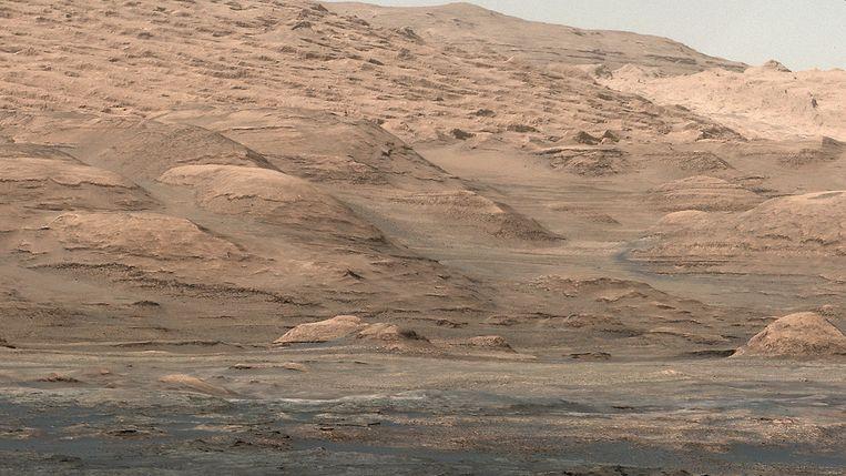 Mount Sharp, de ruim vijf kilometer hoge berg op Mars die Curiosity Rover binnenkort gaat beklimmen. Beeld NASA