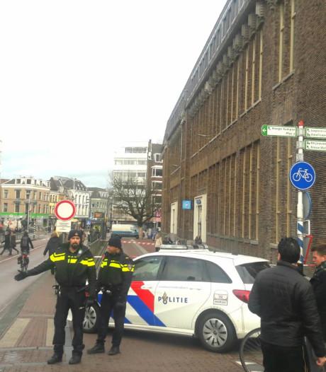 Potterstaat in Utrecht deels afgesloten: dakpannen dreigen van oude postkantoor te waaien