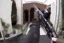 Tarrant terwijl hij met zijn wapen de moskee inloopt. Het beeld komt uit de video die hij opnam via zijn eigen camera.