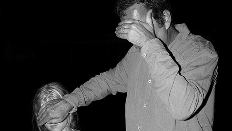 Man met kind uit de serie Hinterland, 2014. Beeld Tom Callemin