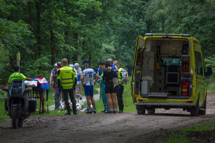 Wielrenners ontfermen zich over hun ten val gekomen wedstrijdgenoot in Laag-Soeren.