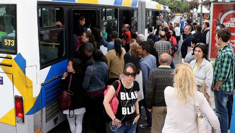 De weinige bussen die in de Griekse hoofdstad uitreden werden bestormd door reizigers.