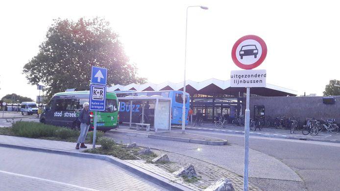 De busbaan bij station Gorinchem. Volgens de politie negeren veel automobilisten het bovenstaande bord. Op de voorgrond de Kiss-and-ride-strook, waar auto's mogen stoppen om passagiers af te zetten.