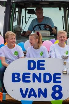 Afscheid van groep 8 in Dreumel: eerst met oldtimers door het dorp, na de zomer nog een 'Rondje' op film