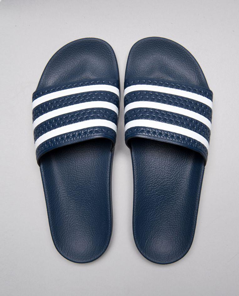 De klassieker: donkerblauwe Adilette badslippers, € 34,95, adidas.nl Beeld Adidas
