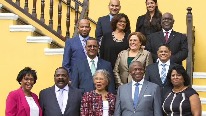 Archieffoto: de ministers van het inmiddels gevallen kabinet van Curaçao. Premier Hensley Koeiman staat op de onderste rij, de tweede van rechts.
