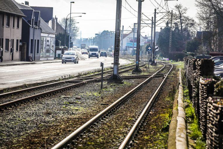 De trambedding loopt dwars door Lombardsijde, maar wordt uitgebroken en verlegd naar de kustbaan.