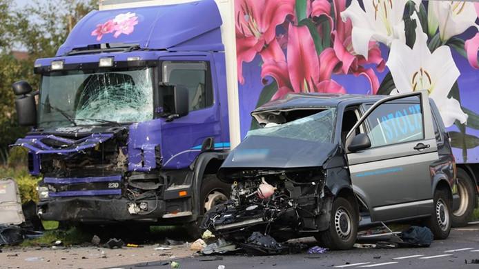 Bij het ongeluk kwam het busje in botsing met een vrachtwagen. Naaldwijkseweg 's-Gravenzande 21 augustus 2017