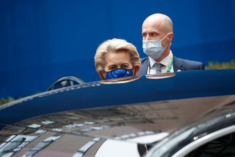 Voorzitter Ursula von der Leyen van de Europese Commissie vertrekt na de onderhandelingen over sancties voor Belarus en Turkije. Beeld EPA